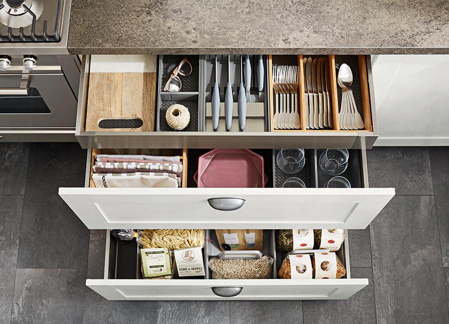 Typische elemente der landhaus küche sind rahmenfronten knopfgriffe kranzleisten und paneelelemente verbunden mit modernem komfort und der neusten